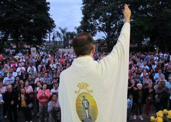 Padre Milton César Carraschi celebra missa campal no dia do padroeiro